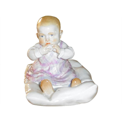 Meissen  'Figur bunt staffiert' Kind auf Kissen h: 12,5 cm Figur bunt staffiert 10/102