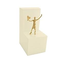 Junge mit Herz - Bronzefigur auf Holzblock