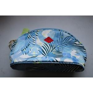 Oilily Cosmetic Bag Grösse: Medium Farbe: Blau / Weiß / Grün Muster: Blätter Oilily eingestickt Abmessung: ca. 24x12x7cm Ideal für Kosmetik, Pinsel, Spitzer, Lidchatten, Make Up uvm. Kosmetiktäschchen Neu!