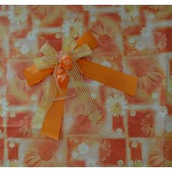 Geschenkschleife und Geschenkpapier im Set
