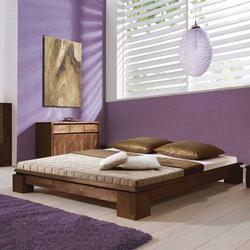 Futonbett in Nussbaumfarben für eine Dachschräge