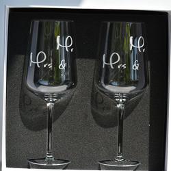 Blue Chilli Design Rotweinglas Mr. & Mrs. - Hochzeitsgeschenk in Geschenkbox, Kristallglas, Handgefertigt, mit Gravur, Kristallglas