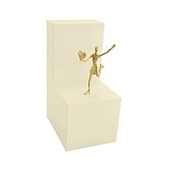 Mädchen mit Herz - Bronzefigur auf Holzblock